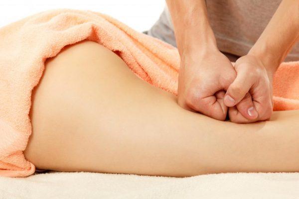 Надавливание кожу при выполнении ручного антциеллюлитного массажа
