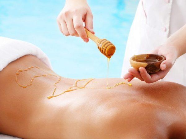 Нанесение мёда на кожу