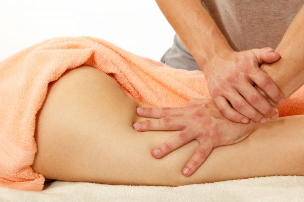 Поглаживание кожи при выполнении ручного массажа
