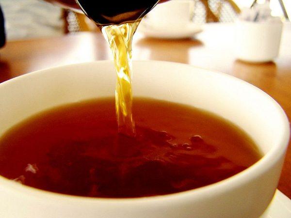 Чёрный чай в белой пиале