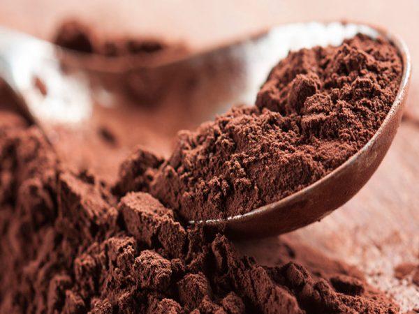 Какао порошок в коричневой ложке