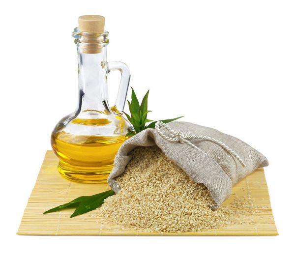 Кунжутное масло и мешочек кунжута