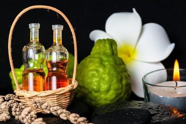 Масло бергамота в прозрачных бутылочках