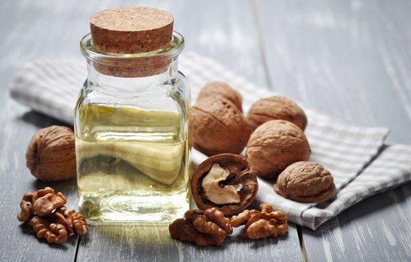 Эфир грецкого ореха в прозрачном флаконе