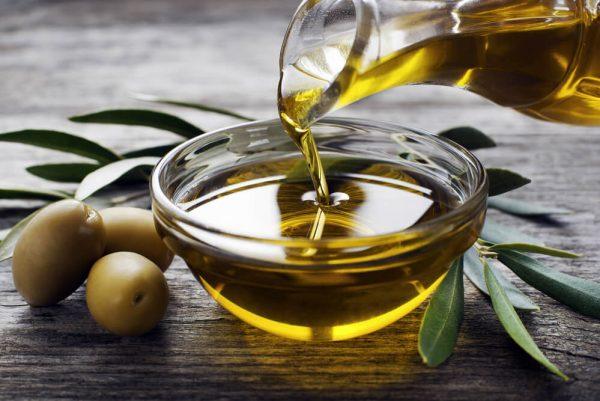Масло оливы в прозрачной пиале