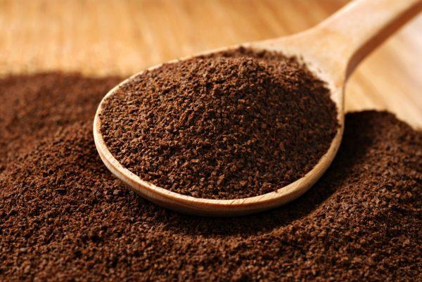 Молотый кофе на деревянной ложке