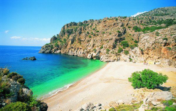 Лазурное море, уютный пляж