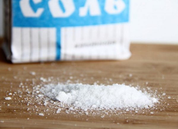 Обыкновенная соль на деревянном столе