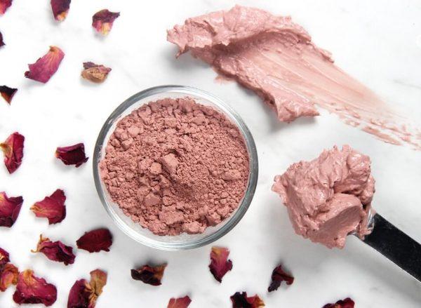 Розовая глина в пиале и на шпателе