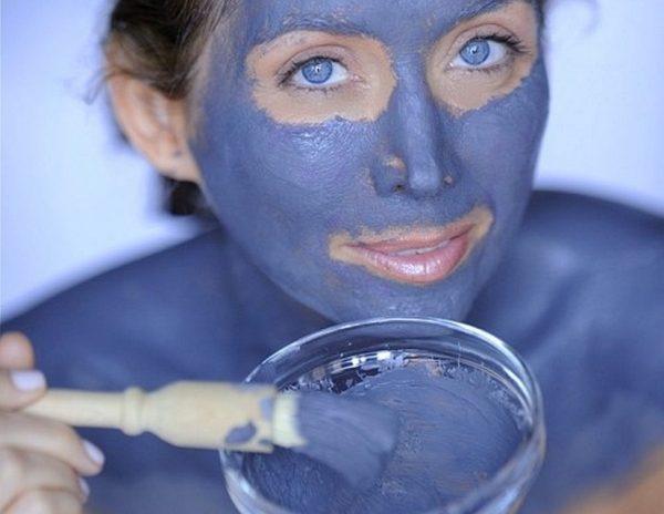 Синяя глина на лице девушки