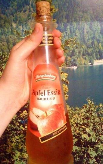 Яблочный уксус в прозрачной бутылке