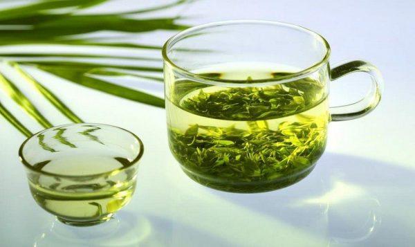 Зелёный чай в прозрачной кружке