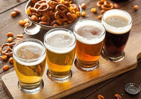 Пиво в прозрачных бокалах