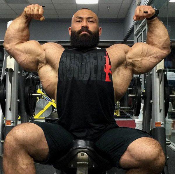 Бодибилдер показывает мышцы