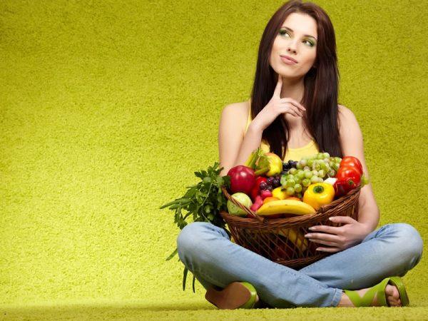 Девушка с корзиной фруктов