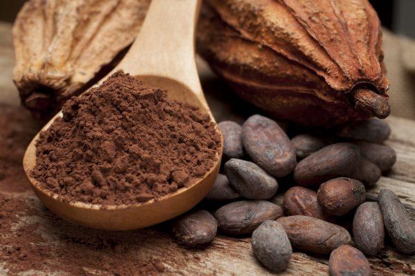 Какао порошок на деревянной ложке