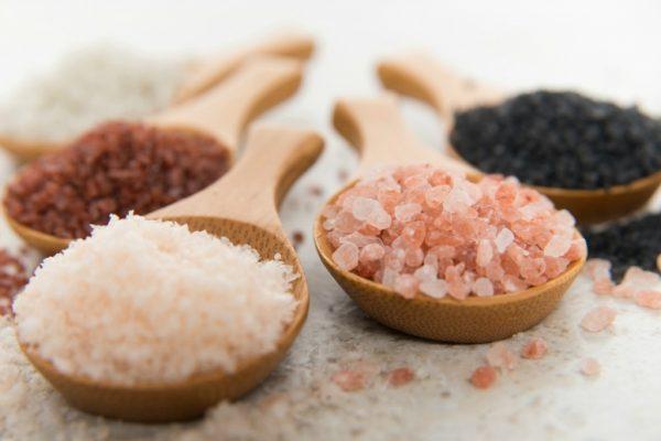 Крупная соль на деревянных ложках