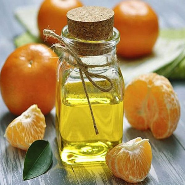 Мандариновое масло и несколько мандаринов