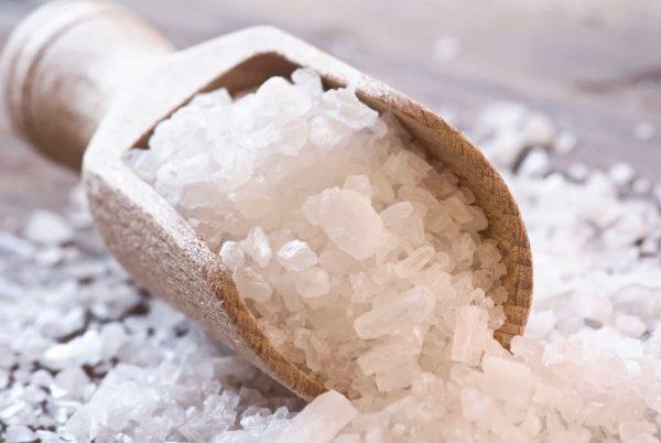 Морская соль в деревянной ложке