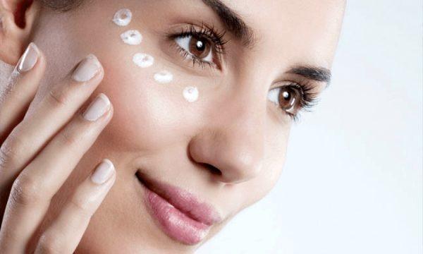 Нанесение крема для ухода за зоной вокруг глаз