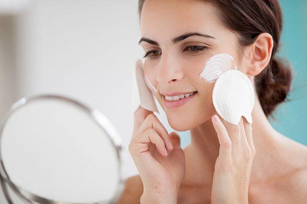 Нанесение на кожу солнцезащитного крема