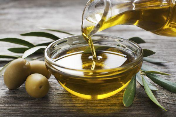 Оливковое маслов прозрачной пиале