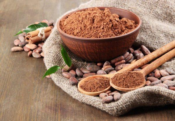 Порошок какао в деревянной пиале