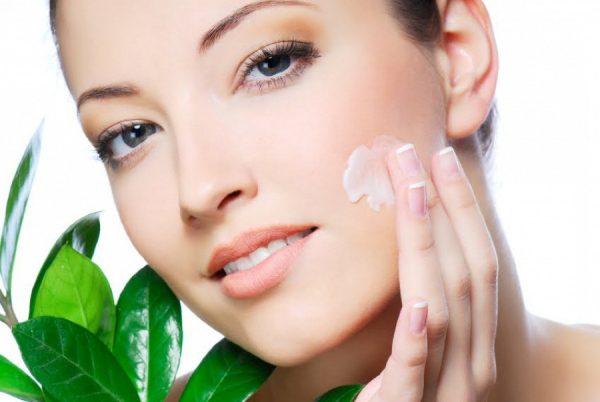 Нанесение крема на лицо для лечения в домашних условиях