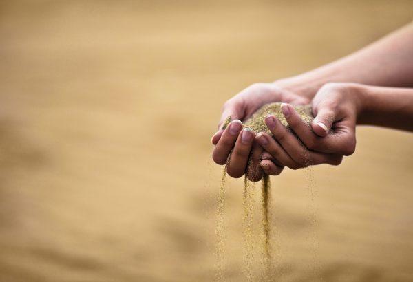 Речной песок в руках