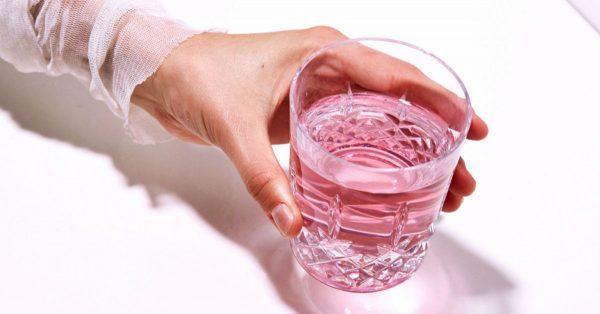 Розовая вода в прозрачном стакане