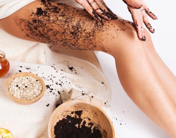 Девушка наносит на кожу кофейный скраб