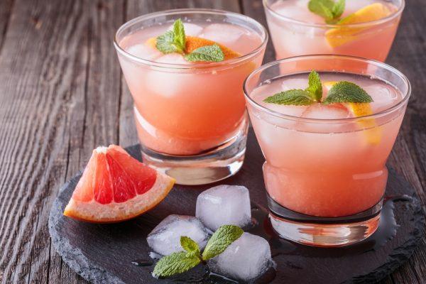 Сок грейпфрута в прозрачных стаканах