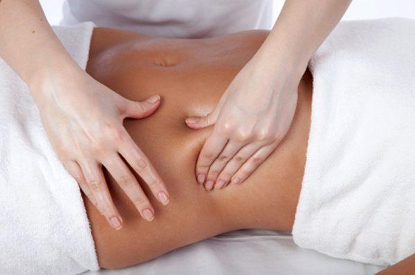 Выполнение ручного антицеллюлитного массажа живота