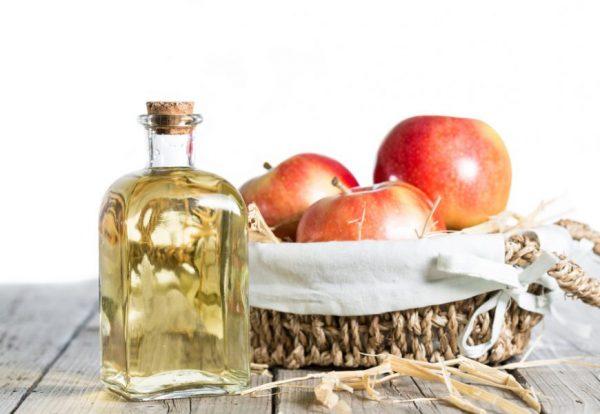 Яблочный уксус в прозрачной бутылочке