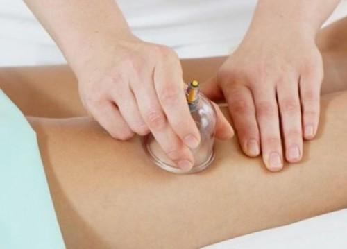 косметолог делает вакуумный массаж