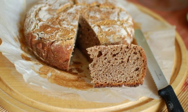 Цельнозерновой хлеб на деревянном подносе