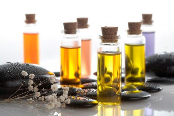 Эфирные масла в прозрачных флаконах