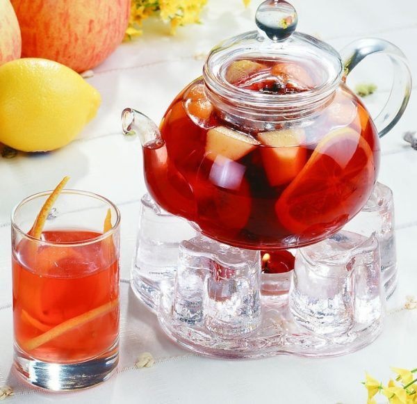 Фруктовый чай в прозрачном чайнике
