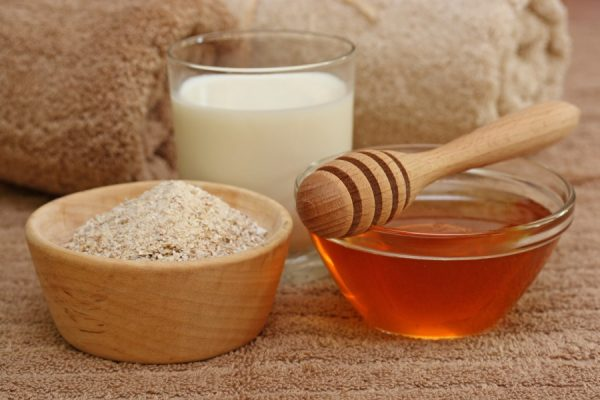 Ингредиенты для маски: мёд, молоко и мякиш пшеничного хлеба