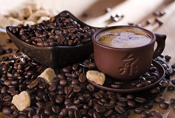 Кофе в коричневой кружке