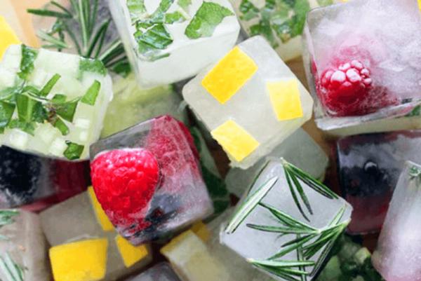 Кубики льда с ягодами и травами