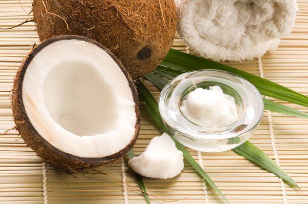 Масло кокоса в прозрачной тарелочке