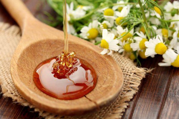 Мёд на деревянной ложке