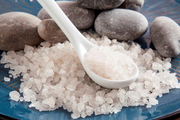 Морская соль на белой ложке