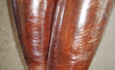 Ноги девушки во время выполнения шоколадного обёртывания