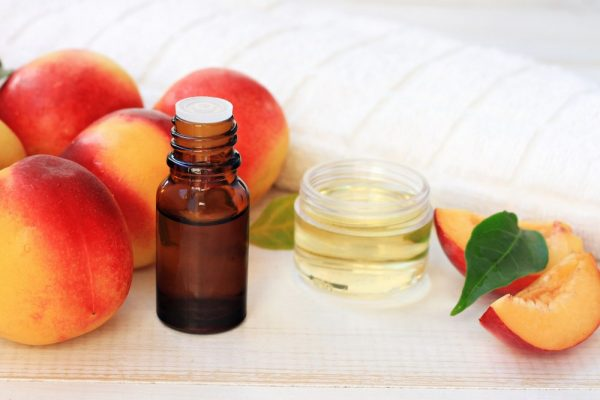 Персиковое масло в тёмном флакончике