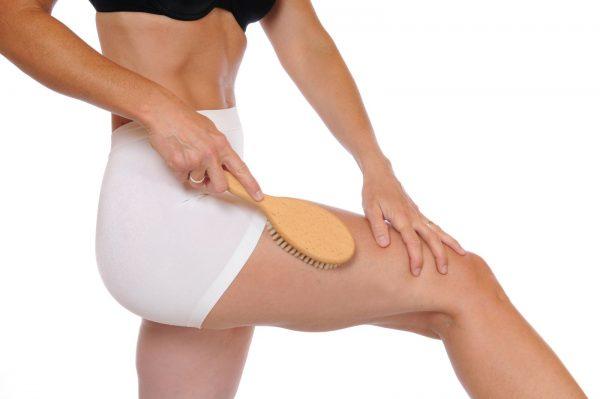 Растирание ног массажной щёткой