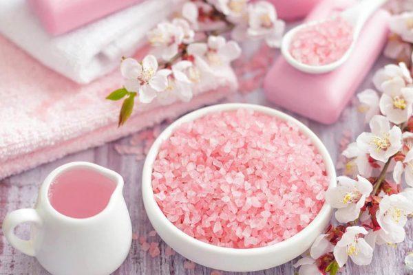 Соль для ванны в белой пиале