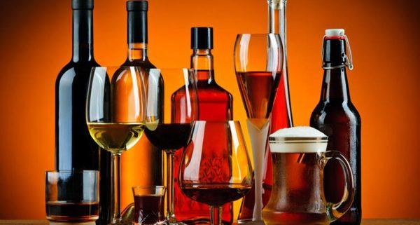 Спиртные напитки в бутылках и бокалах