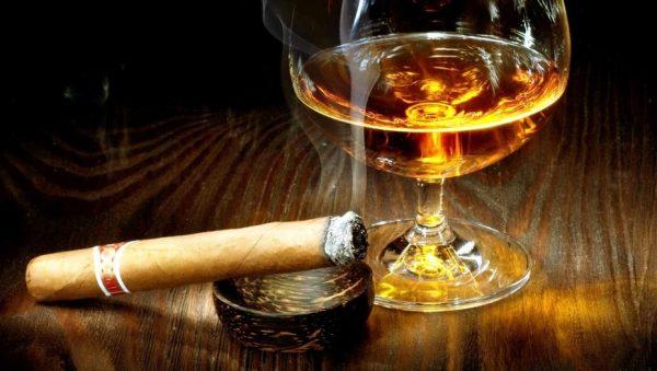 Алкоголь в бокале и сигарета